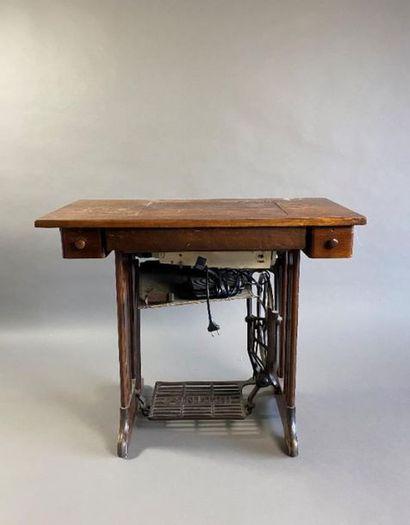 SINGER. Machine à coudre électrique en état de fonctionnement, 247 ZIG ZAG (manque...