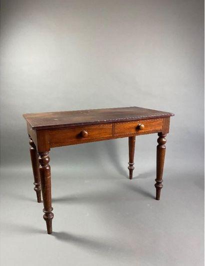 Table en bois à pieds tournés ouvrant à deux...