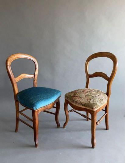 Table en bois à pieds tournés ouvrant à deux tiroirs en ceinture.  Haut. : 76,5...