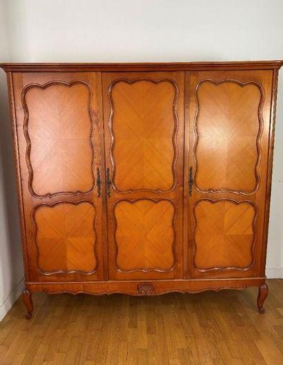 Ensemble de mobilier du XXe siècle comprenant :    - une armoire à trois portes...