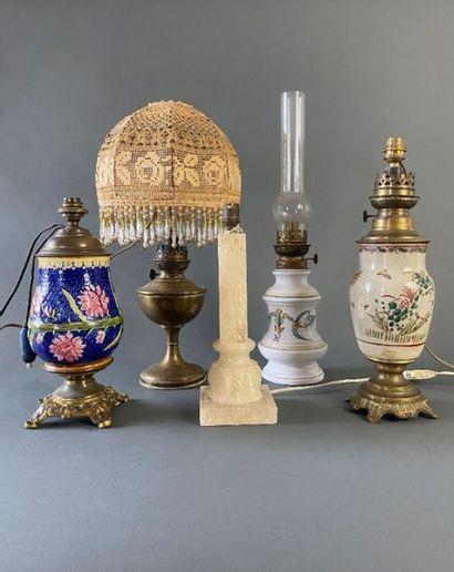 Ensemble de sept lampes et deux cache-pots.  Haut. : de 31 à 60 cm.    On joint...
