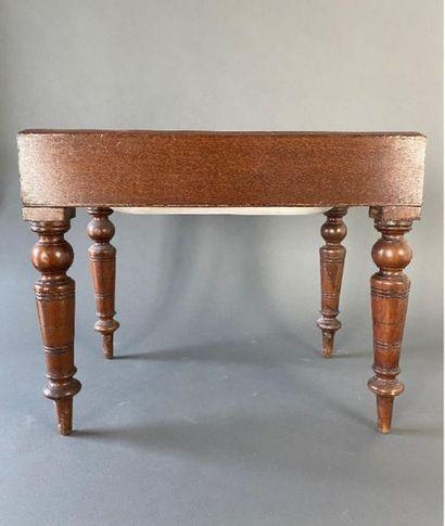 Ensemble de petits meubles comprenant :    - une table travailleuse. Haut. : 54...