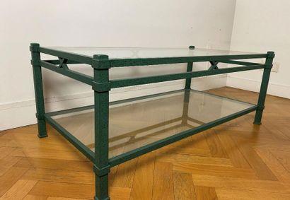 Table basse rectangulaire à deux plateaux en verre, structure peinte en vert à l'antique....