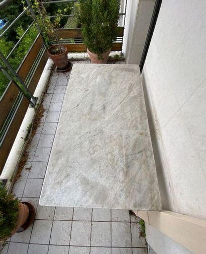 Table d'estaminet à quatre couverts, piètement rectangulaire en fonte de fer, le...