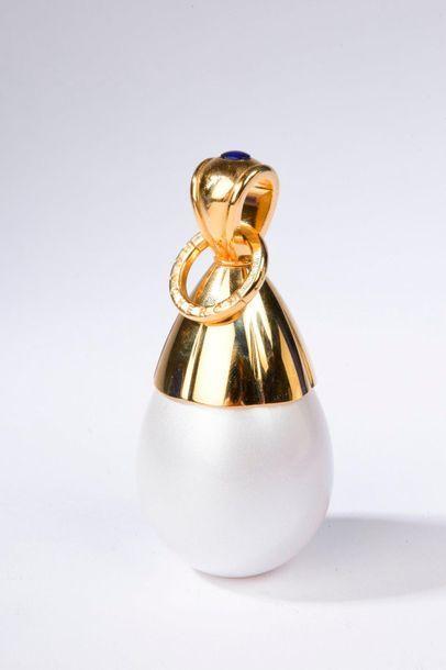 BOUCHERON.  Initial (années 2000).  Flacon vaporisateur en forme de perle contenant...