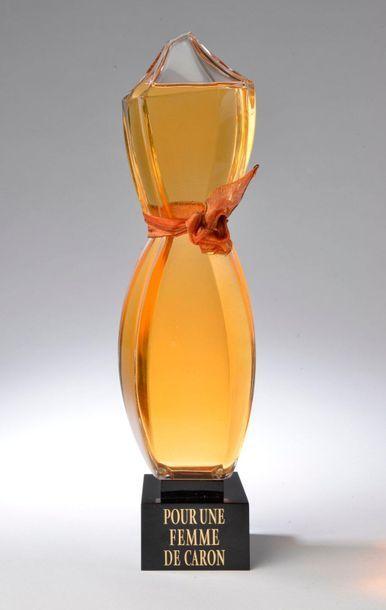 CARON. Pour une femme (2001). Flacon sculpture en verre incolore sur socle en résine...