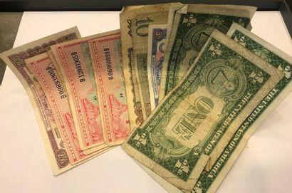 Quatre billets de 1 Dollar américain et billets...