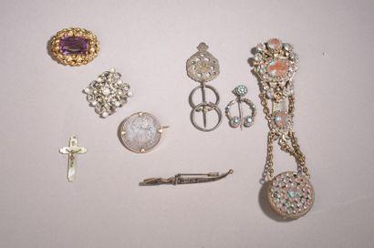 Trois coffrets et leur contenu de bijoux...
