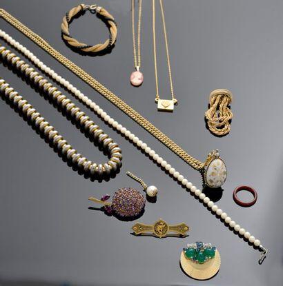 Ensemble de bijoux fantaisie comprenant notamment...