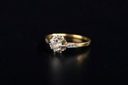 Solitaire en or jaune 18k griffé d'un diamant...