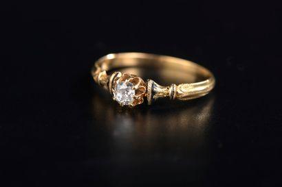 Bague en or jaune 18k griffée d'un diamant...