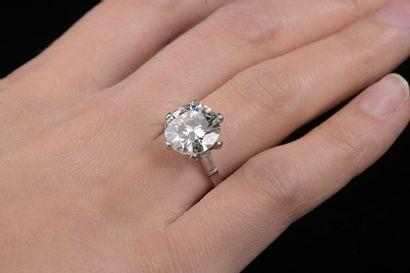Bague en platine 850 millièmes griffée d'un diamant rond taille brillant pesant...