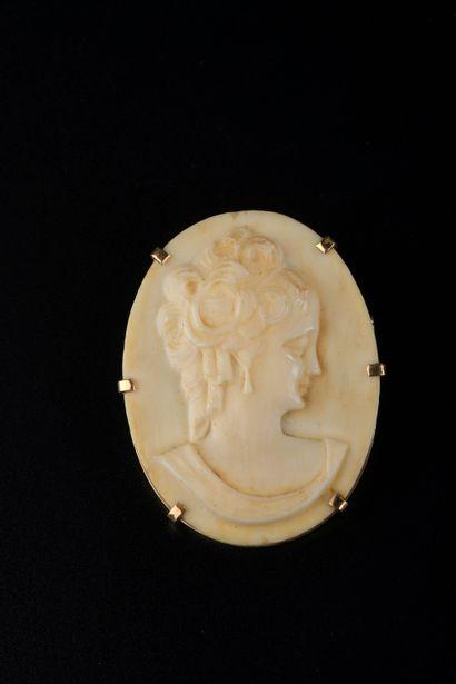 Broche-pendentif en or jaune 18k griffée...