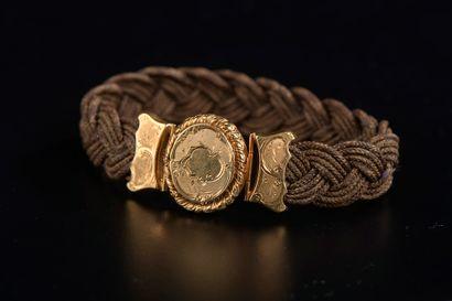 Bracelet en cheveux tressés retenant un médaillon...