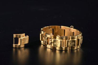 Bracelet à maillons creux articulés et gravés...