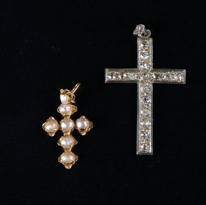 Ensemble de deux croix pendentifs, l'une...