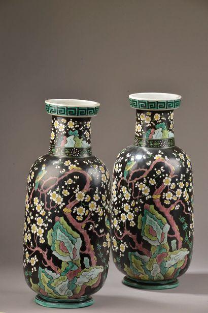 SAMSON. Paire de vases balustres en porcelaine...