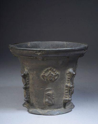 Mortier en bronze à quatre contreforts et...