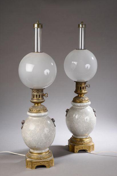 *Paire de lampes à pétrole de forme boule...