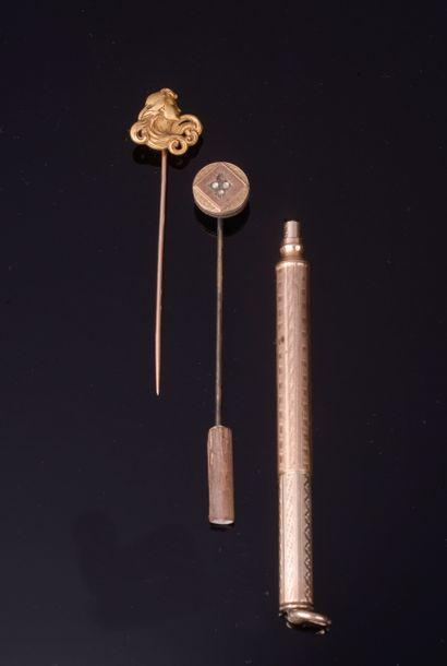 Lot de débris d'or comprenant :  - quatre...