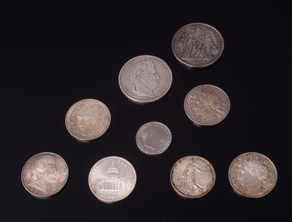 Ensemble de huit pièces en argent comprenant...