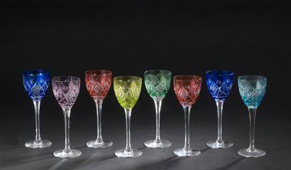 Huit verres à vin du Rhin en cristal teinté...