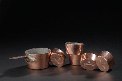 Cinq moules individuels ovales en cuivre...