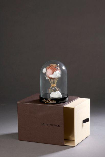 LOUIS VUITTON.  Globe sur socle en bakélite...