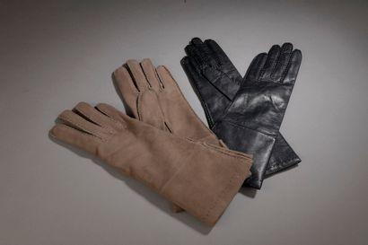 HERMÈS.  Ensemble de deux paires de gants,...