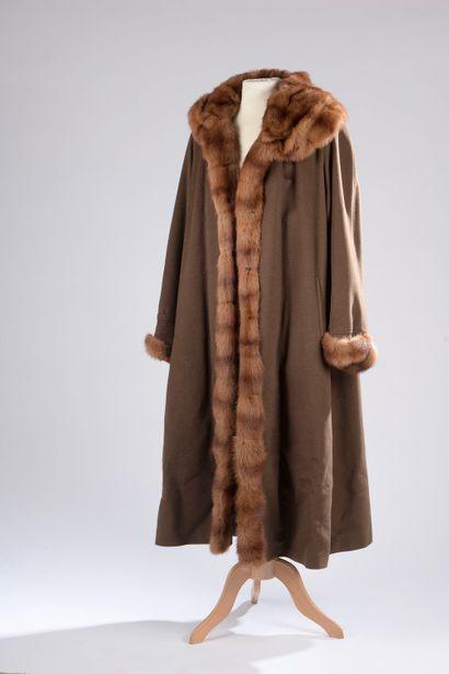SPRUNG FRÈRES.  Manteau long en laine mélangée...