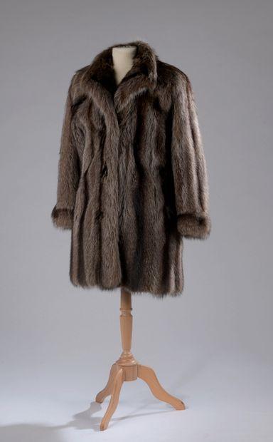 CHRISTIAN DIOR.  Manteau de fourrure, petit...