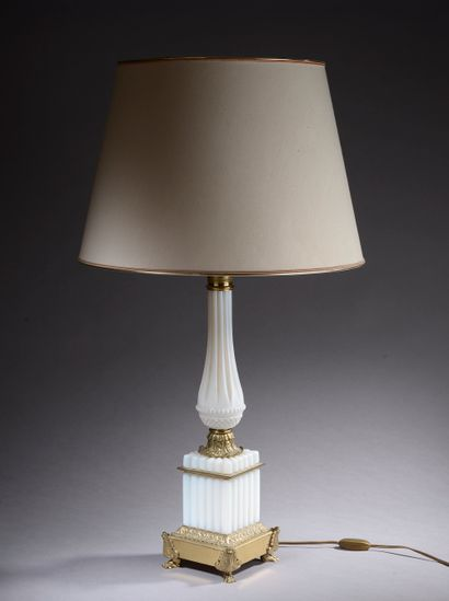*Pied de lampe en verre opalin blanc dit...