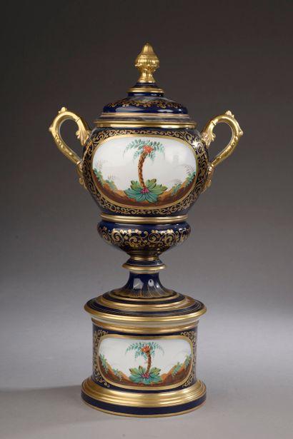 Vase couvert en porcelaine de Paris à fond...