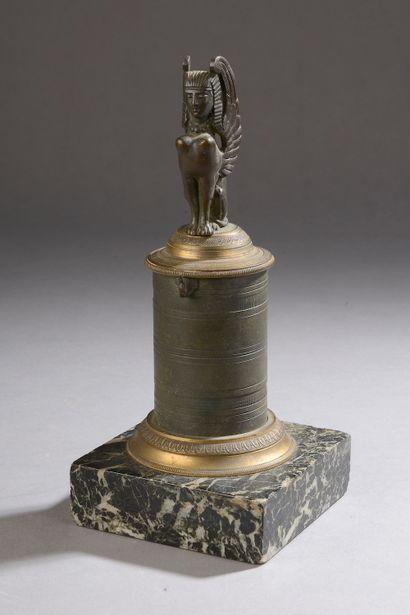 Porte-montre en bronze patiné formant colonne...