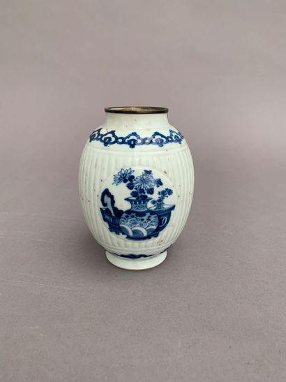 Vase de forme ovoïde en porcelaine bleu blanc...