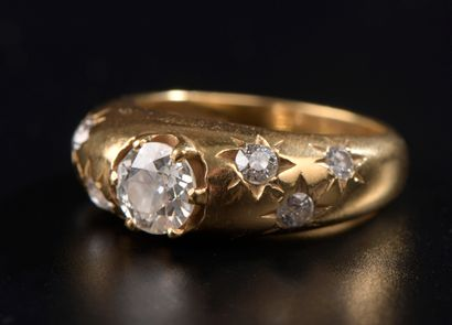 Bague en or jaune 18k centrée d'un diamant...