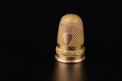 Dé en or jaune et rose 18k guilloché ceint...