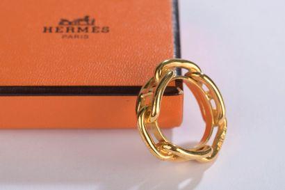 HERMÈS.    Anneau de foulard en métal doré,...