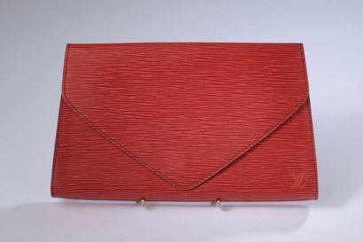 LOUIS VUITTON.  Pochette en cuir épi rouge,...
