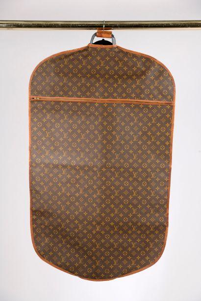"""LOUIS VUITTON.  Porte-habits en toile """"Monogram"""" et cuir naturel, double anses en..."""