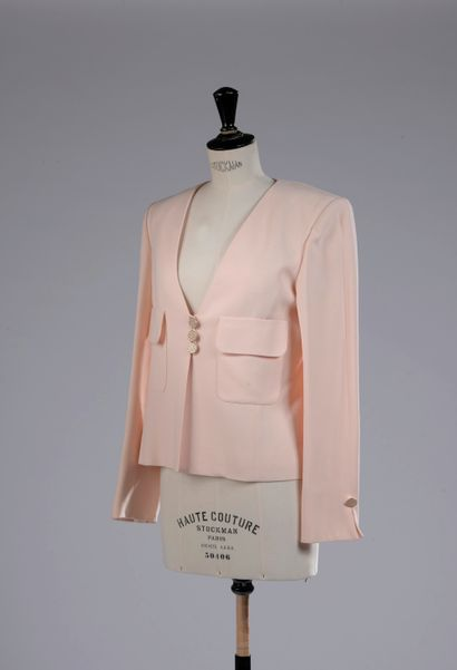 JEAN-LOUIS SCHERRER.  Veste en viscose rose poudré, deux poche plaquées sur le devant,...