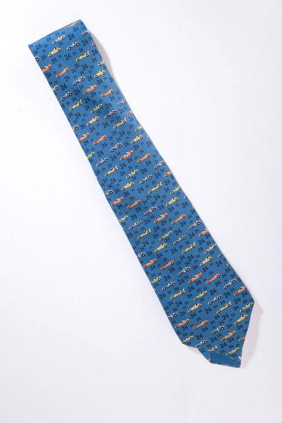 HERMÈS.    Cravate en soie à décor de voitures...