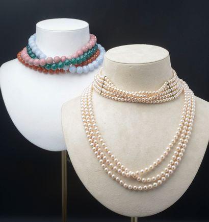 Ensemble comprenant quatre colliers en perles...
