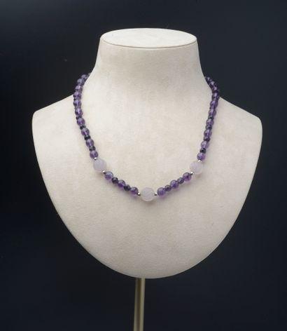 Collier de trente-six perles d'améthyste...