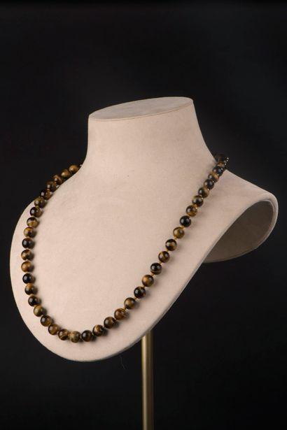 Collier de cinquante-cinq perles en œil de...
