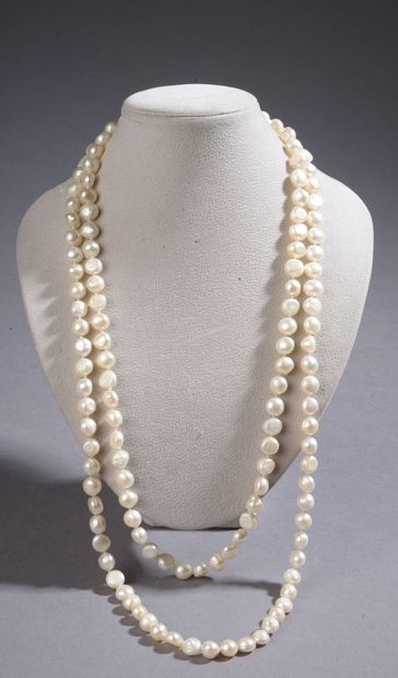 Trois importants sautoirs de perles de cultures...