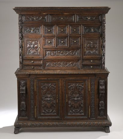 Cabinet néo-Renaissance en noyer richement...