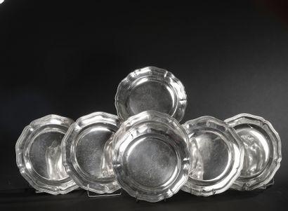 Paire de plats ronds en argent à six contours,...