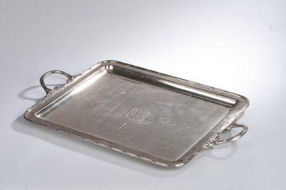 Un plateau rectangulaire en métal argent...