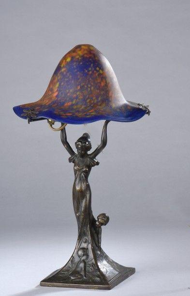 LE VERRE FRANCAIS. Lampe à fût en bronze...